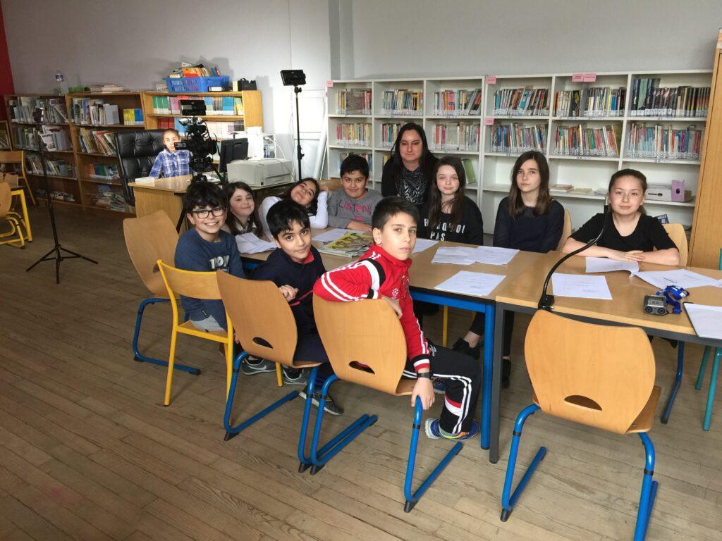 Les enfants ayant participé au tournage avec leur animatrice, Sabrina